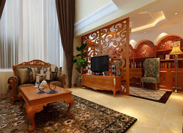 以镂空木雕屏风做电视背景,用来分隔休闲区和客厅,使空间连贯通透,并且避免了沙发在承重梁下的弊端,挑高的墙面用来做沙发背景