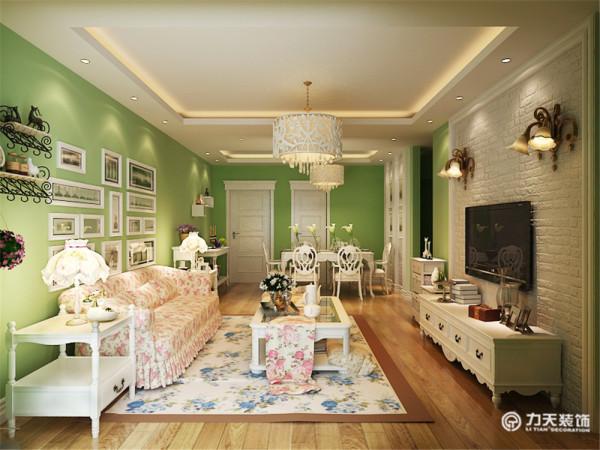 这个客厅大量使用碎花图案的各种布艺和挂饰,欧式家具华丽的轮廓与精美的吊灯相得益彰。墙壁上也并不空寂,壁画和装饰的花瓶都使它增色不少。鲜花和绿色的植物也是很好的点缀。