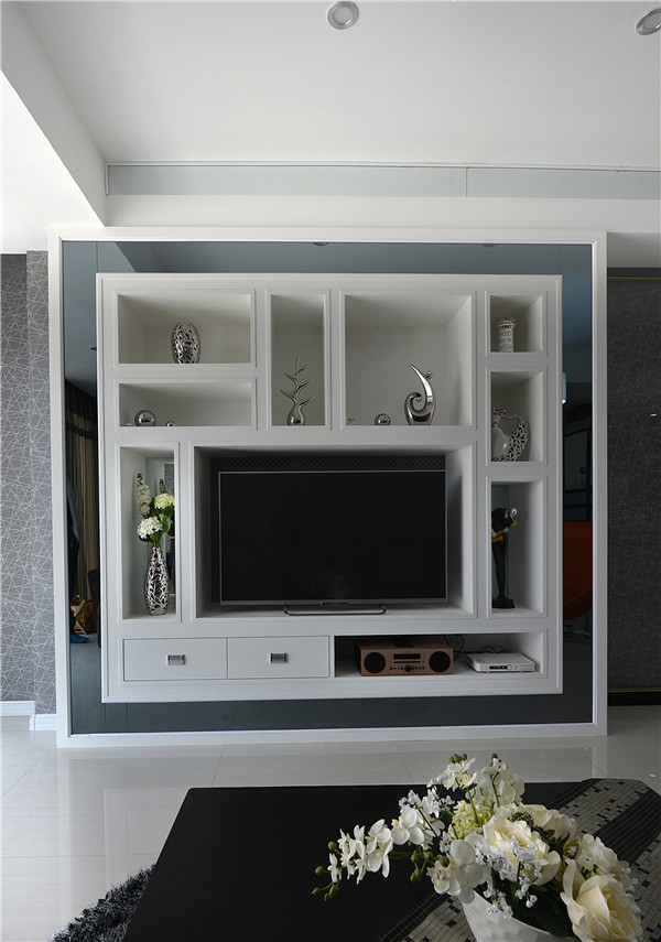别有用心的装置艺术融入电视背景当中,仿佛电视机也是一件收藏品。