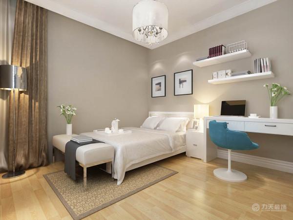 卧室地面采用浅色木地板,给人一种干净舒适的感觉。墙面刷浅咖色乳胶漆,即提升了整体的空间性,同时配以简约时尚照片。