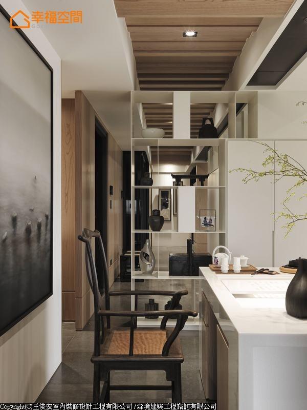 现代语汇的人造石桌面,混搭中式风格的官帽椅,营造别致的空间氛围,让喜好饮茶的男屋主,享受怡然自得的品茗生活。
