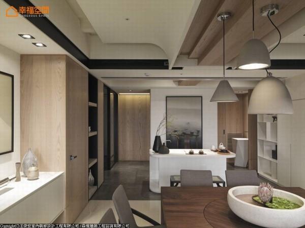 设计师将餐厅上方梁柱巧妙修饰,融入丰沛的层次与堆栈,并以弧线来柔化空间的压迫感。