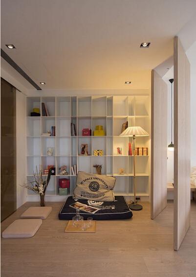 大面展示柜搭配舒适坐垫、抱枕,自成一方舒适阅读角落。
