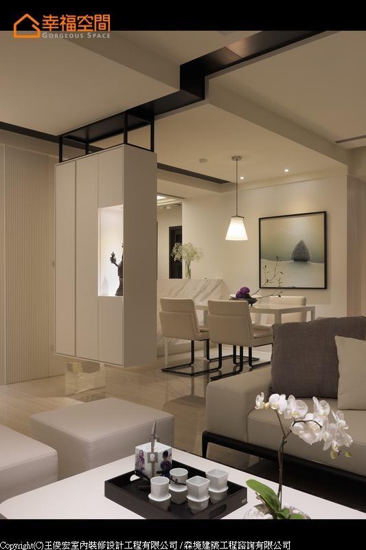 以铁件悬吊白色柜子,材质和结构的冲突对比,消除了柜体本身的重量。