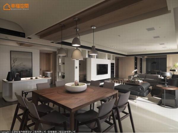 设计师的精心统合下,将入口处调整到中心位置,并以多面向的玄关与电视墙做为场域的中枢点,烘托活动动线的流畅。