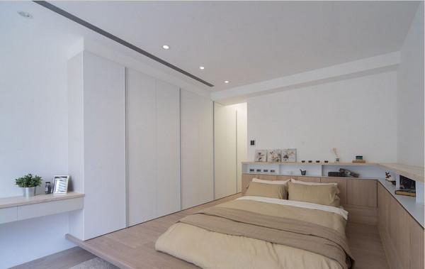 白色衣柜借由色系收缩去化庞大量体,凸显卧床视觉焦点。