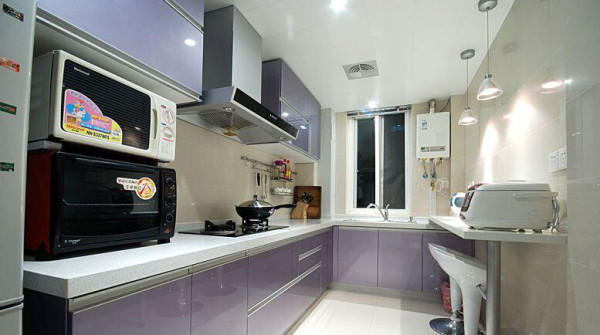 厨房,淡紫色的橱柜非常浪漫,我们还在墙面的那一面做了一个实用的吧台。