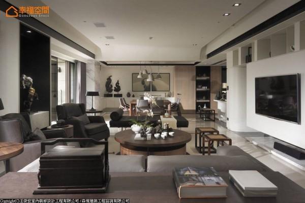 设计师王俊宏以纯熟的表现手法,并购置当代时尚的设计款家具,形塑独特的品味空间。
