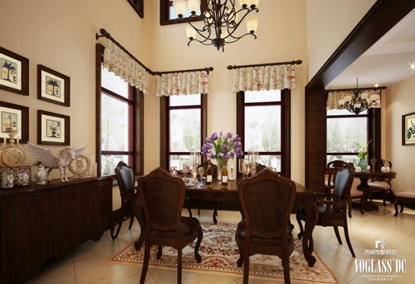 设计是在进行别墅设计时使用了较多的碎花窗帘,白色的窗帘上点缀着雅致的花朵,同时配合铁艺花枝的吊灯,提醒着主人,回到家中就不要再考虑繁重的工作,与家人度过每一刻的美好时光。