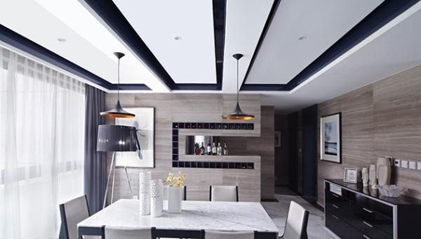 深色家具与白色墙面的对比,几何理性的线条在客厅里慢慢延伸出来。