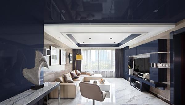 大面积的深蓝色墙面,用一盏黄色的台灯来装饰,打破了沉静与理性。