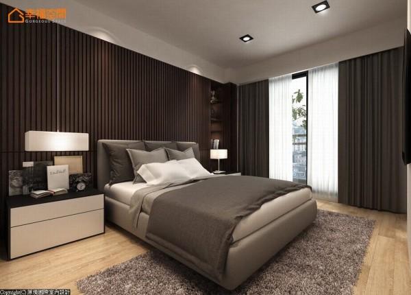 胡桃木的实木条切齐梁体做为床头主墙,利落的造型藏起后方的收纳机能。 (此为3D合成示意图)