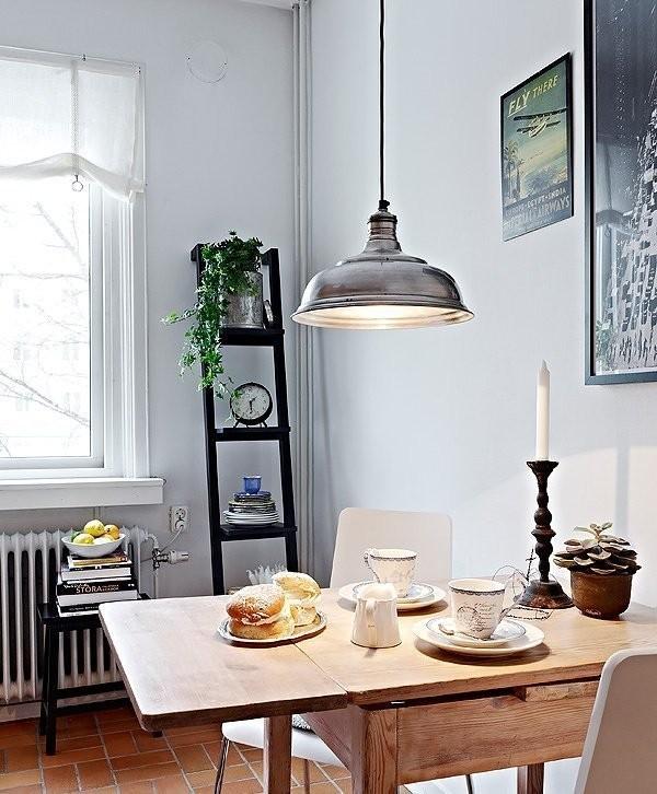 生活需要智慧,小饭桌买的是可伸缩式的,实木打造,这样的家具很适合小空间。饭桌上摆上情侣餐具,点根蜡烛,浪漫的氛围立即显现。当然,桌子上方那盏乡村风的吊灯也不是空做摆设的。