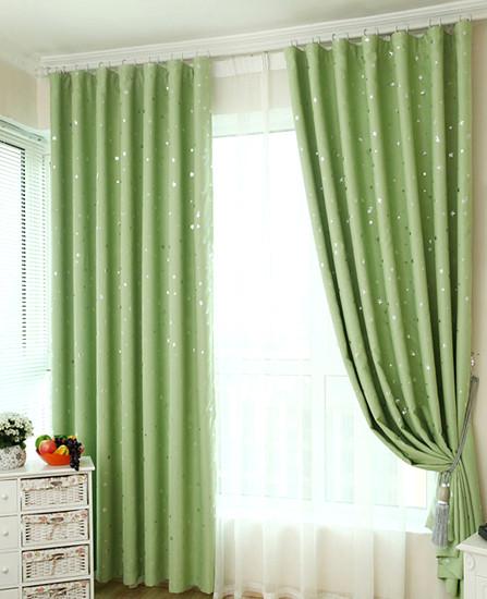 田园风不一定要有碎花图案,此款窗帘底色为厚感十足的淡绿色,搭配银色小星星图案,自然清新。窗帘采用高档黑丝遮光面料,三层梭织织造,耐水洗,遮光性能佳。