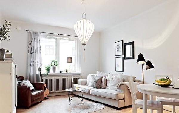客厅的布置相当随意,要凸显两人世界,只需要一张提升亲密度的双人布艺沙发;如果男主人想弹奏情歌,一旁的单人沙发正是他的宝座。