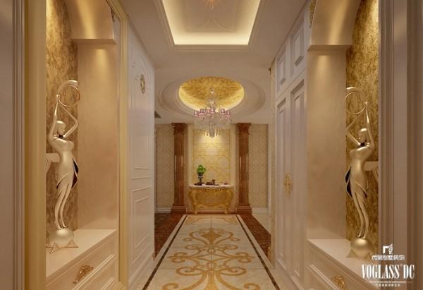 性古典主义风格的大宅别墅设计通常会在入厅口处竖起两根豪华的罗马柱,室内则有真正的壁炉或假的壁炉造型。设计师没有使用真正的罗马柱,以金属雕塑取而代之,在适应平层大宅的设计基础上增加了较多的历史厚重感。