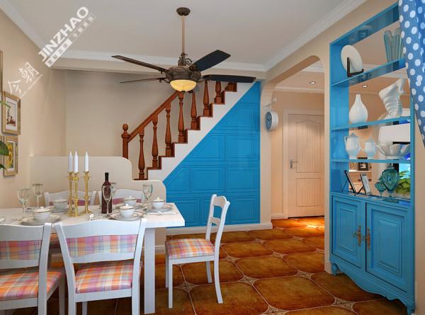 白色的餐桌椅陪以蓝色的餐边柜,与整体风格形成呼应。