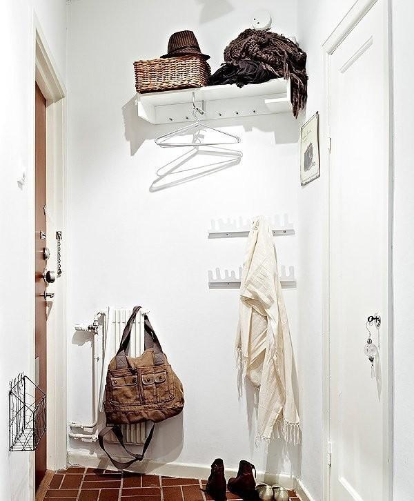 玄关景象。几种简单的衣帽架占据了墙上空间,无章法的配搭随意自然。