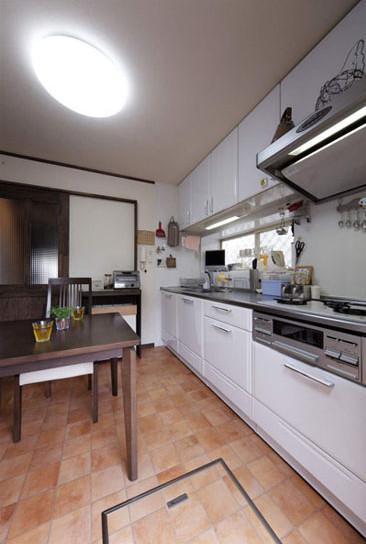 白色的拉式收纳柜,不仅具有防尘作用,还使得餐具的摆放更显整齐。悬空式的收纳柜,有效的提高了空间的利用率。灰色抽油烟机,时尚感十足。
