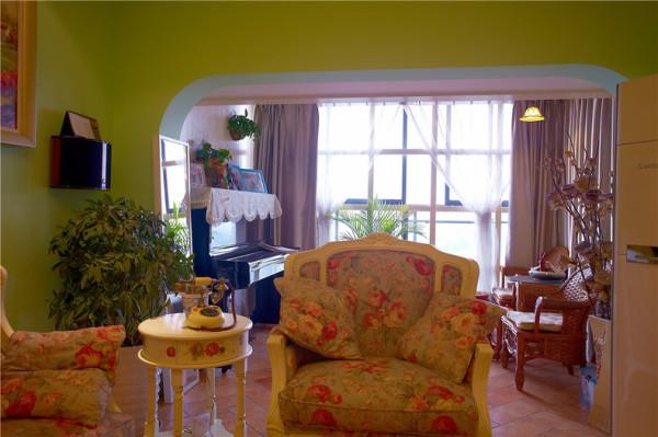 将阳台改造成琴房,放上两把竹藤椅,偶尔喝个小茶。