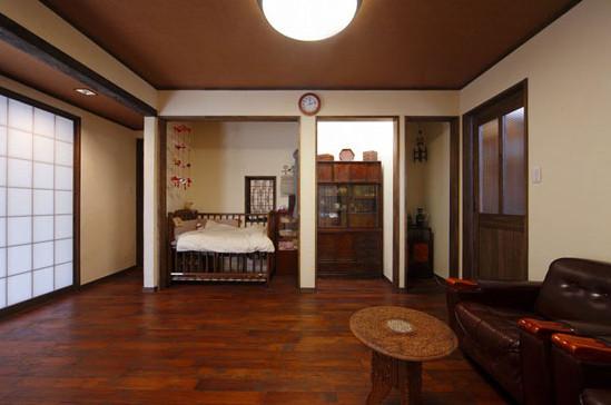 木质的地板搭配木质的天花板,一体感一涌而出。椭圆形的淡木色茶几,样式小巧,造型独特,引人眼球。暗红的沙发,高档大气,尽显奢华之感。