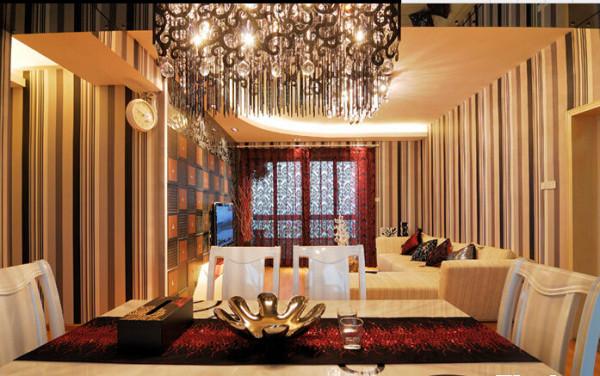 开放式的餐厅区域选用实木与茶玻璃两种材质的搭配,油白餐椅打破了对称空间的呆板。