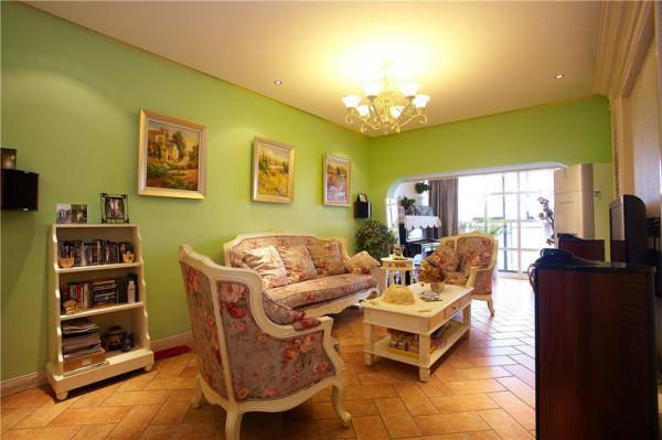 在客厅的一角放一个小小的书架,可以放些自己喜欢的书和照片。