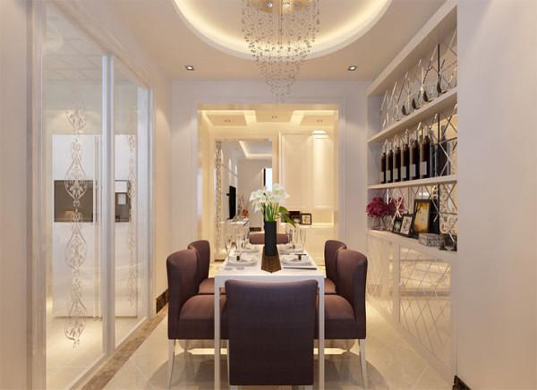 设计理念:柔缓的曲线吊顶淡化了层次分明的直线条,为空间带来祥和,圆满的氛围。 亮点:玻璃推拉门的通透感将厨房和餐厅连接紧密,餐边柜作为餐区背景,装饰性和实用性兼备。