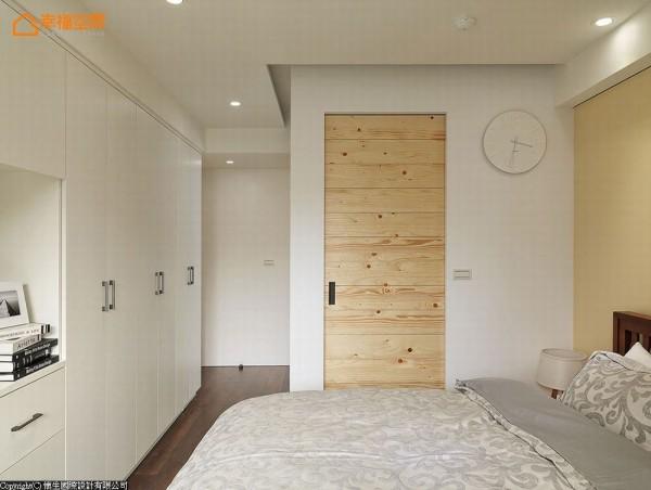 大容量收纳柜体融入墙面设计,消弭沉滞量体感。