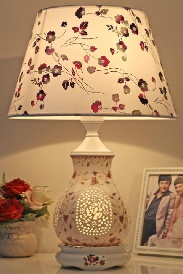 这款台灯的灯柱采用青花瓷,陶瓷瓶体兰花花纹,镂空刻福字,吉祥如意设计耐热散热效果更佳,经久耐用。另外,灯罩采用平面布艺灯罩,不仅古典优雅,还带有田园的浪漫气息。