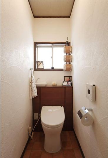 卫生间的墙壁,铺上了硅藻土,具有除臭和调节湿气的作用。木质的收纳柜,放上家中的小件物品正好合适。竹编的纸筒,清新自然,显得别具一格。