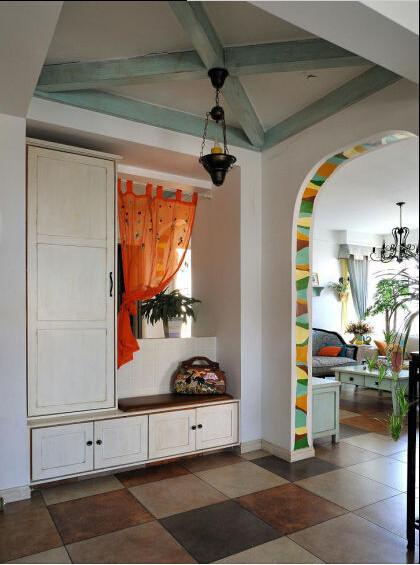 这里是看客厅的角度,在拱形的时候,考虑到白色太多会显得单调,就用了彩色的油漆做了一些装饰,现在看起来效果还挺好。