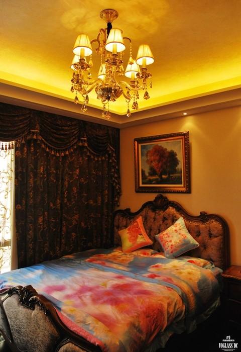 业主的主卧室呈现出另类的装修风格。厚重的黑色窗帘下是绚烂多彩的柔软床品,业主追求家中空间厚重的同时又渴望放松休闲,这种设计理念在主卧室爆发出来。