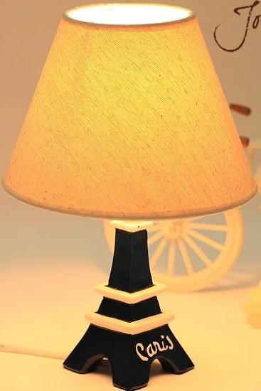 这款台灯的主要材质为树脂,安全又环保。台灯的底座以埃菲尔铁塔为原型制成,充满浪漫氛围。另外,台灯的灯光为橘黄色,有利于睡眠。