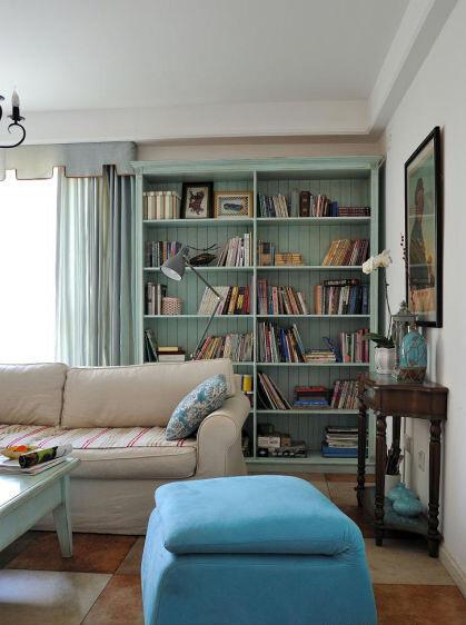 """淡蓝色的大书架上摆放的是一本本""""记忆"""",闲暇的时光中,捧起一本坐在沙发上细细品读,生活就是该这样的去享受。"""