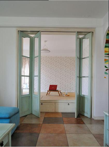 这是一个休闲的房间,既可以用作会客、玩乐之用,当来了客人也可以作为卧室来休息。榻榻米的设计提供这个房间的强大功能性,榻榻米中空的位置更是给了强大的储物空间