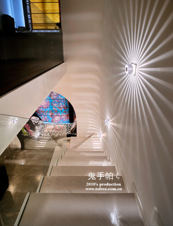 """楼梯处的这3个地灯是晚上用的夜灯,影子可以作为客厅沙发背景的装饰,靠光影出效果,美丽又省钱,楼梯平台的墙角被我改成圆角,所以影子也变成弧的二楼面对飘窗的地方是书桌,电脑安装到转角的地方"""""""