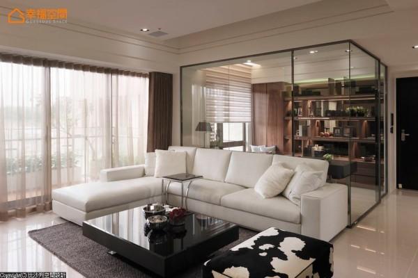 客沙发后方规划一间不锈钢镀钛骨架的开放式书房,书柜部分有展示的功能,层板压上金属条作分割,并使用灰玻来增加整体的细腻度。
