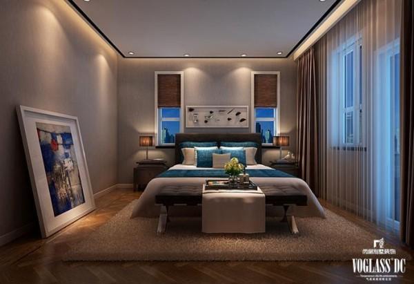右侧的次卧室则是以蓝色见长,轻柔的窗纱营造浪漫朦胧的气息。