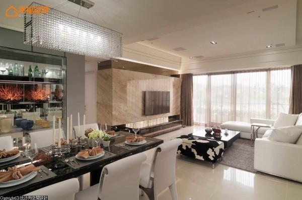 餐厅区营造出精品店的陈列感,以玻璃量体做为展示柜,侧边设有深柜的收纳使用。