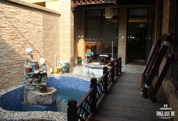 一层花园,马赛克贴制的小型水池中伫立着孩童嬉戏的雕塑,加筑的木桥保护孩子的安全,摆放的桌椅为老人与孩子提供天伦之乐的场所,实用而温馨