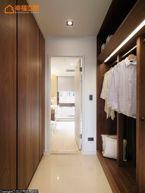 利用空间的格局,以双列式的柜体来呈现,并能保留宽裕的走道空间。