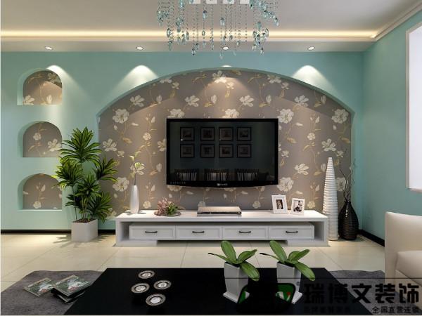 电视墙相对于沙发背景墙,与沙发背景墙不对称,所以一边单独做镂空设计,使电视位置位于沙发的正前方,采用石膏板造型,电视与背景墙为一体,层次清晰,富有立体感。背面采用壁纸,增加整个空间的延伸性。
