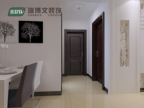 简短的走廊装饰上好看的吸顶灯,简简单单而不失美感。