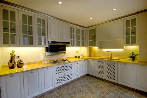 为了突出采光和视觉效果,厨房采用了实木与仿古砖的结合,高低错落的厨房台面正好是人体工程学的最佳体现。