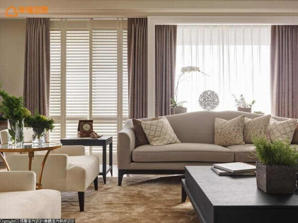 由于建案的窗景面积很大,张馨以「收框」的概念,集中视觉产生段落感。同时考虑如果全数使用百叶窗,感觉太浓重而没有层次,因此同时运用百叶窗与窗帘,让轻重、浓淡都恰到好处。