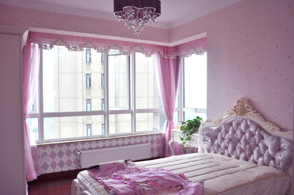 粉色细纱窗帘,欧式梳妆台以及床头图片