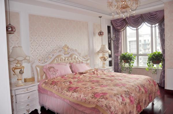 罗马帘,水晶吊灯,以及卷曲线条的欧式床头装饰整个房间,温馨舒适的图片