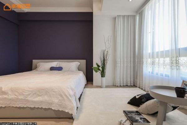 浪漫的蕾丝窗纱与寝具,柔软的布面平衡着深色漆彩,以现代角度演绎浪漫情怀。