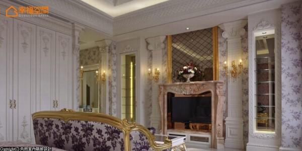 展示柜体与装饰柱夹叙暖色调的造型壁炉,上方以金边框定的菱格茶镜,营造空间中多层次的立面造型。